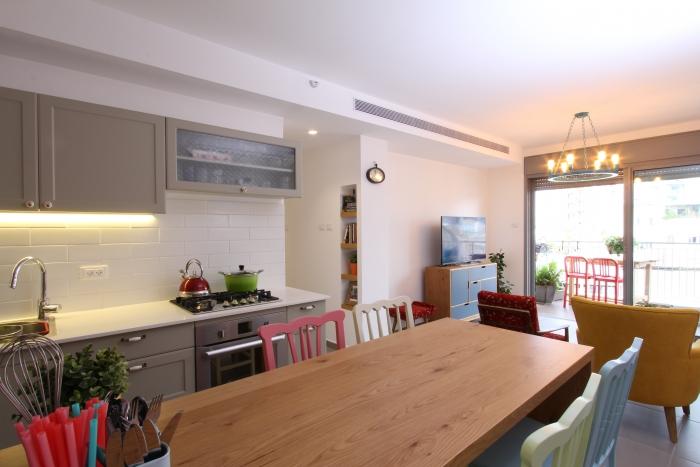 מבט מחלל המטבח אל הסלון והמרפסת. צילום: עידן גור